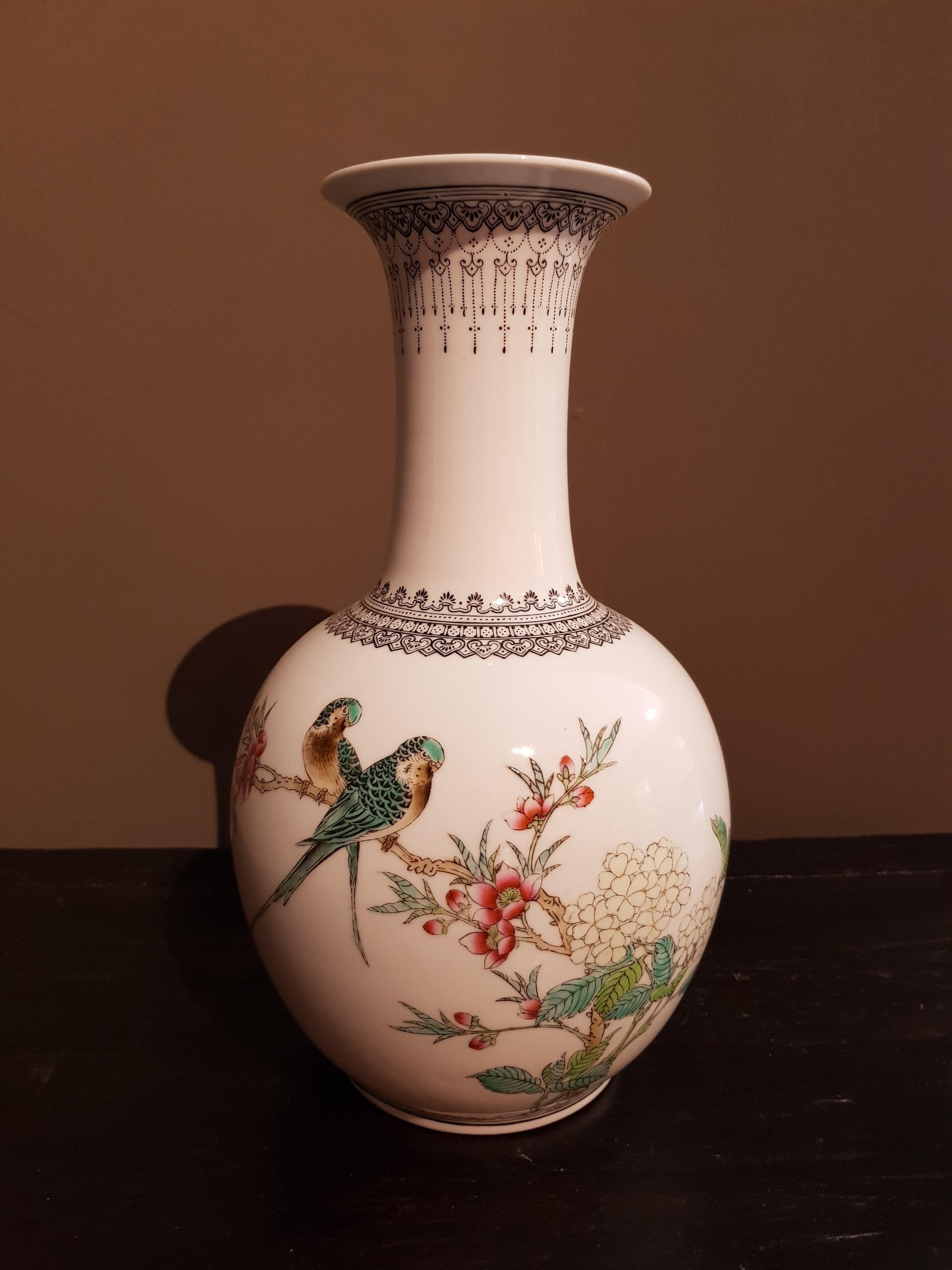 Vase en Porcelaine de Chine - Famille Rose - Période République(1) - VENDU Image