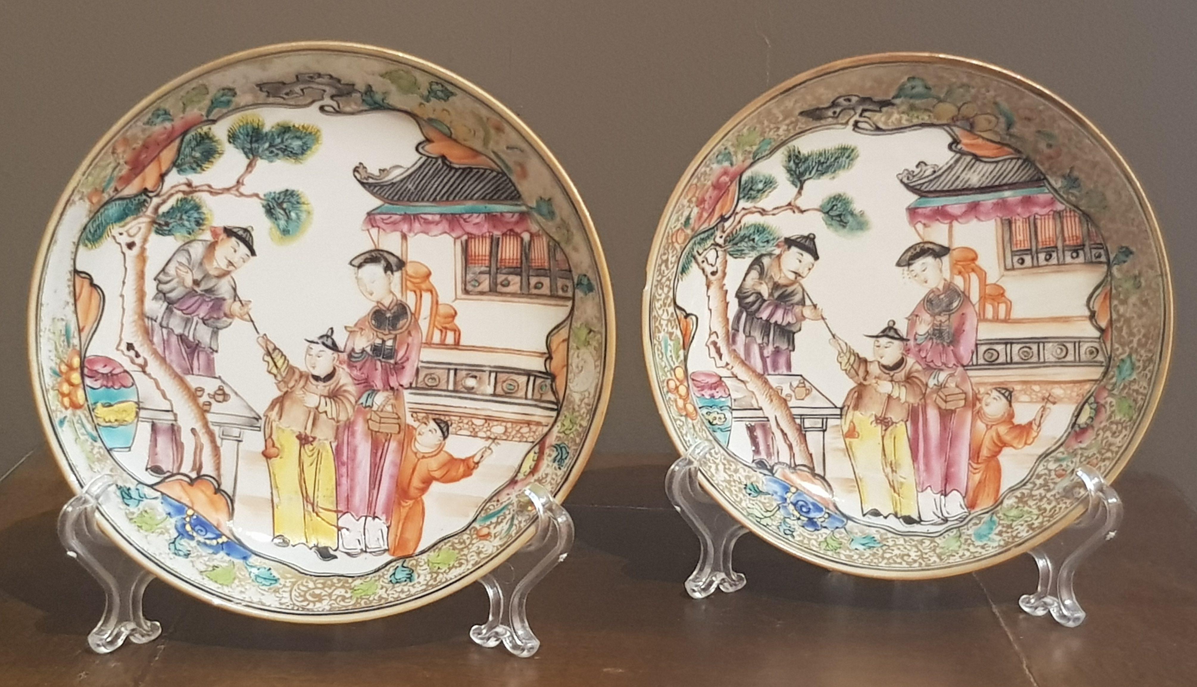 Paire de soucoupes au décor de Mandarins - Famille Rose - Yongzheng - VENDU Image