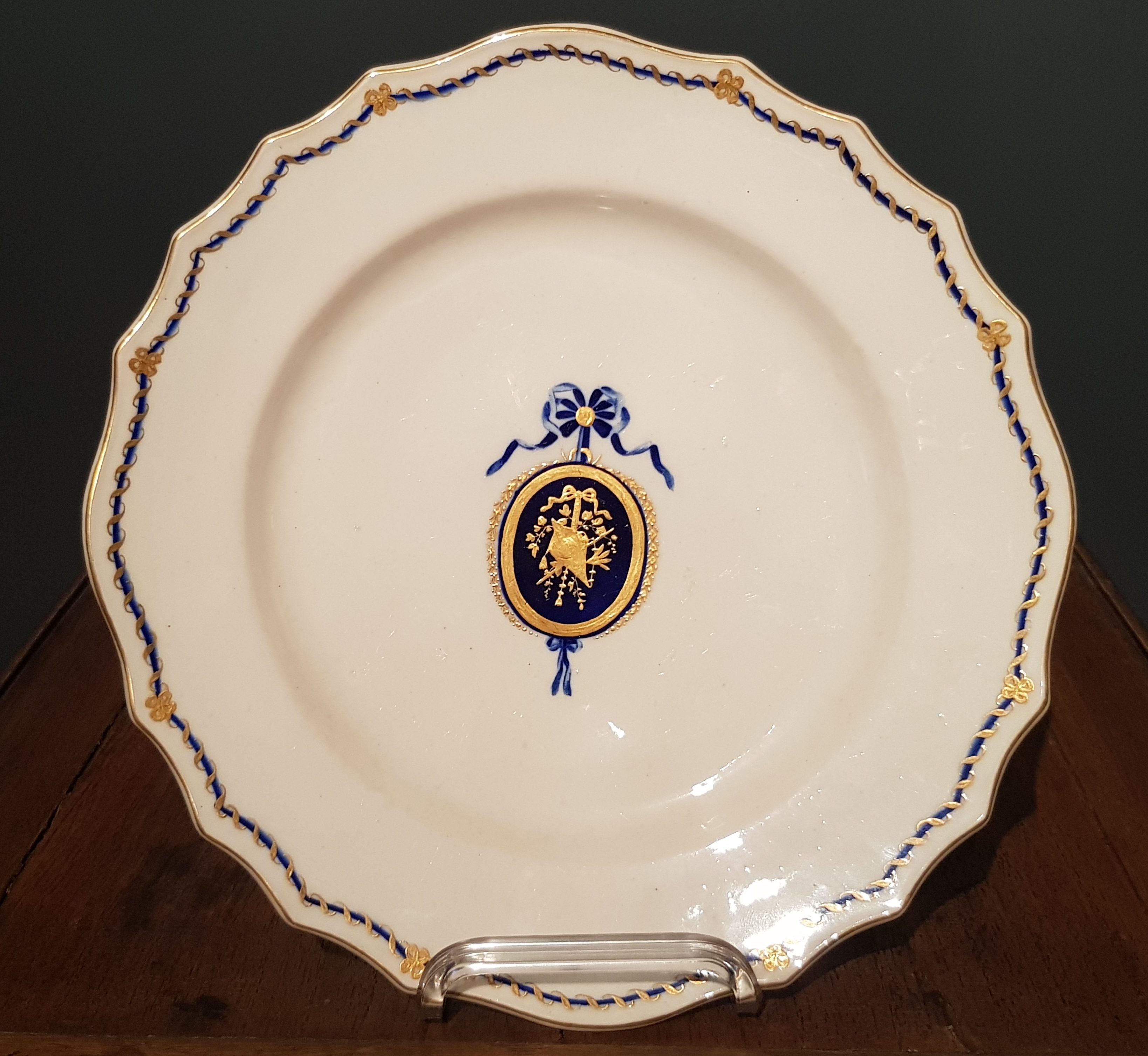 Assiette au Médaillon Louis XVI en Porcelaine de Tournai Image