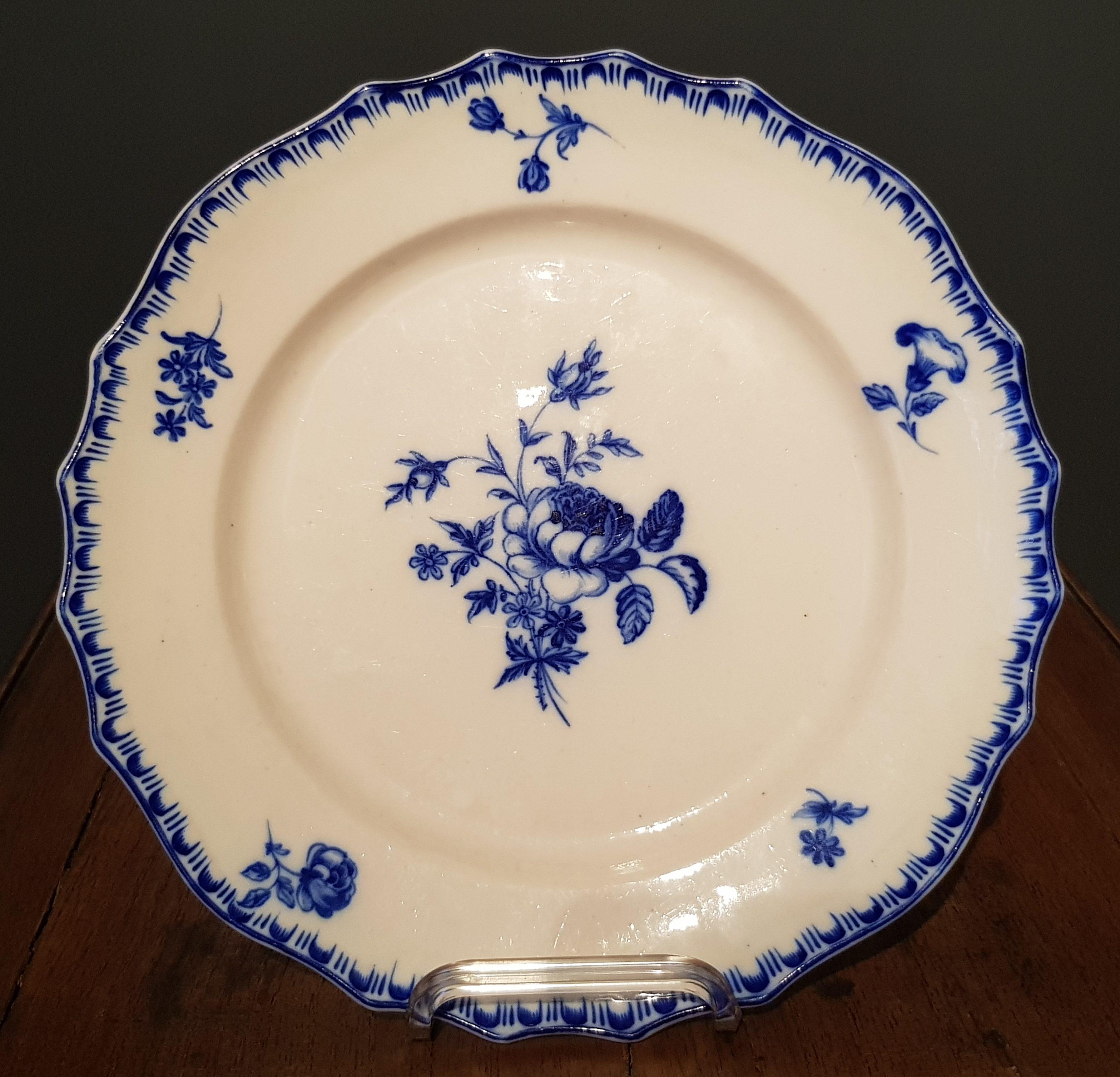 Rarissime assiette à la rose creuse en Porcelaine de Tournai Image