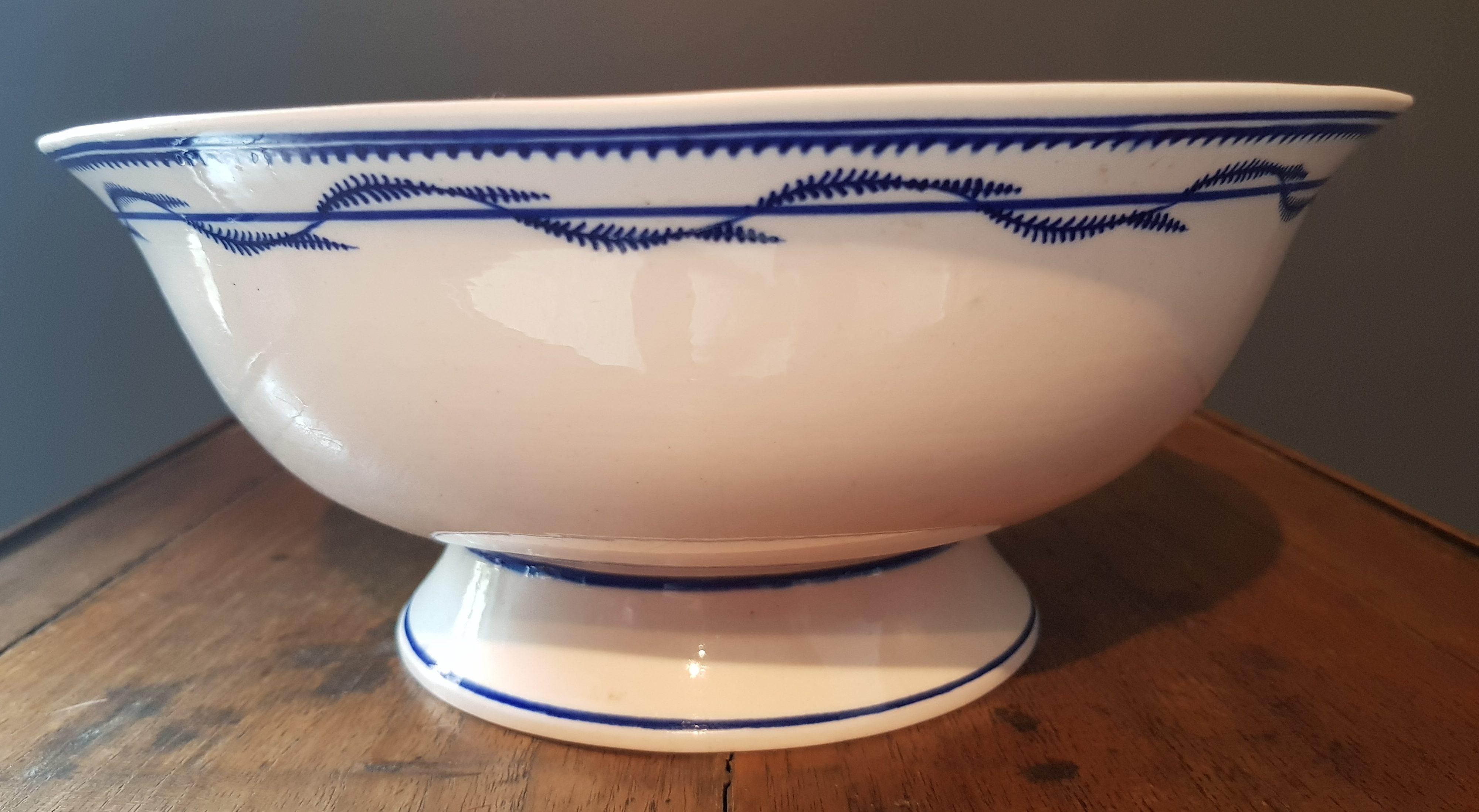 Coupe à fruits à la Chenille en Porcelaine de Tournai Image