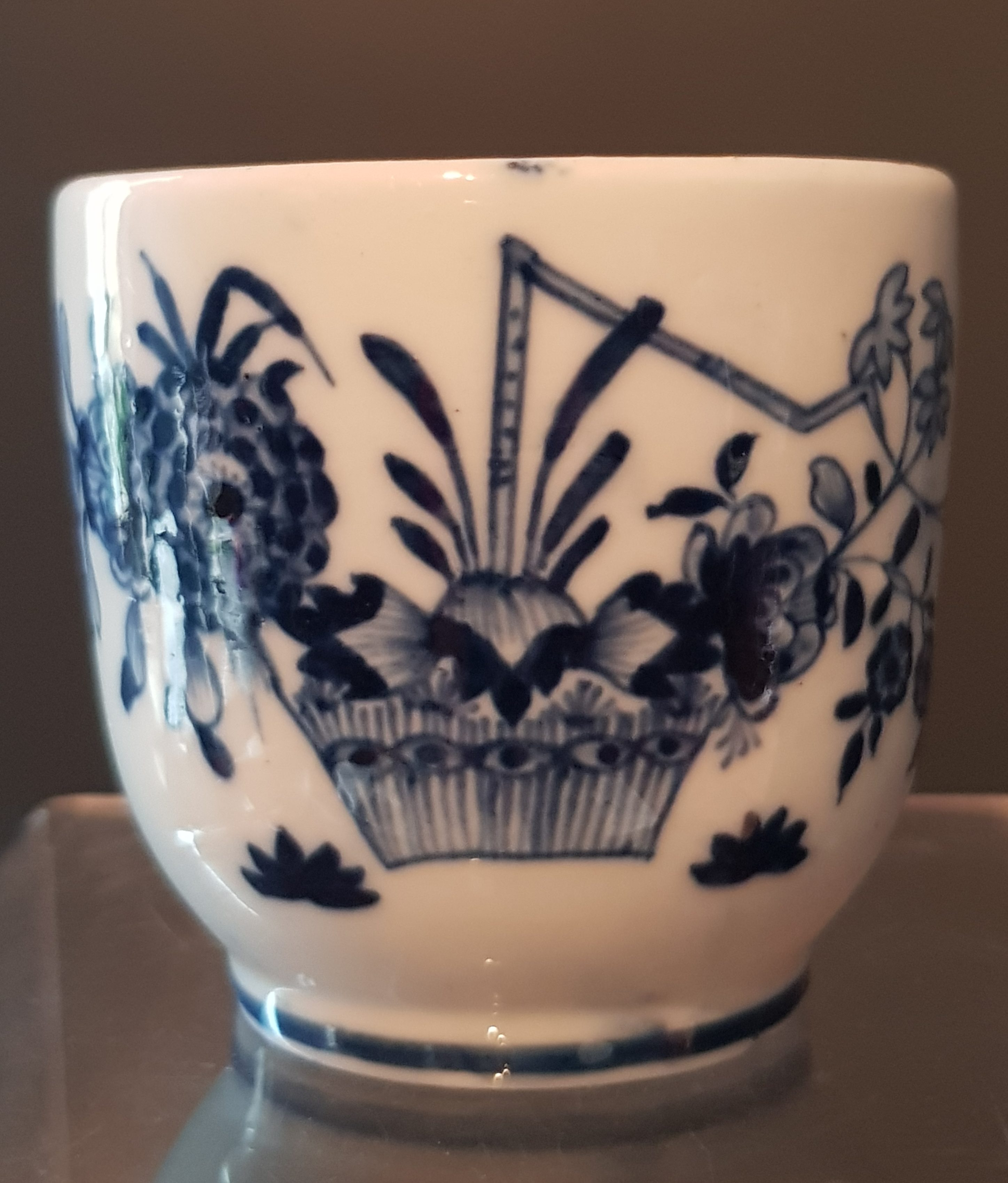 Tasse à la Haie Fleurie en Porcelaine de Tournai - VENDU Image