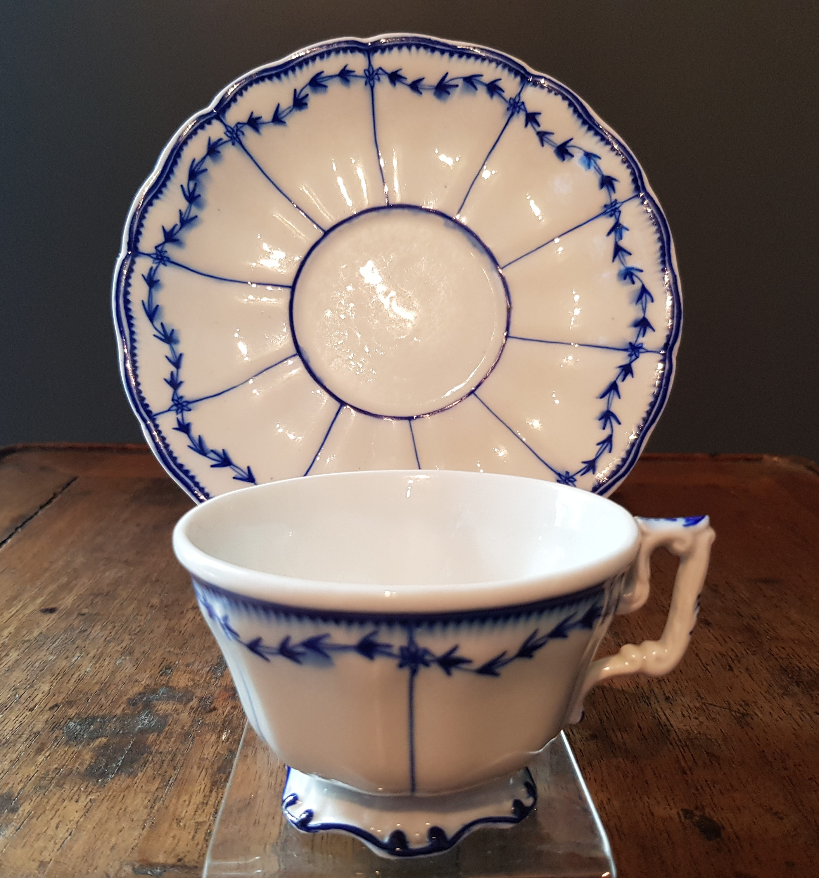 Rare tasse au Laurier Fleuri en Porcelaine de Tournai - VENDU Image