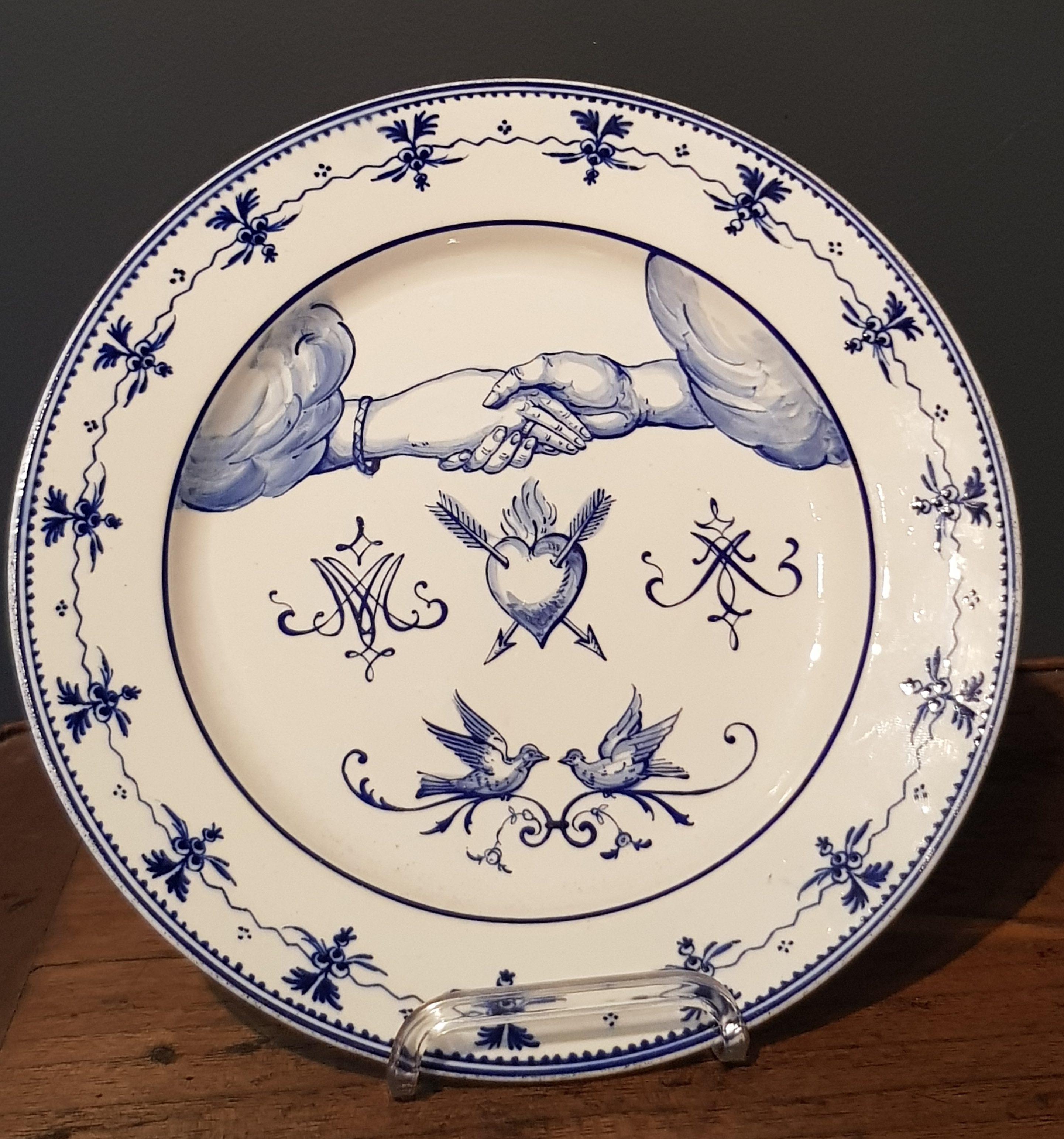 Rare assiette au décor Aux Deux Mains en Porcelaine de Tournai - Vendu Image