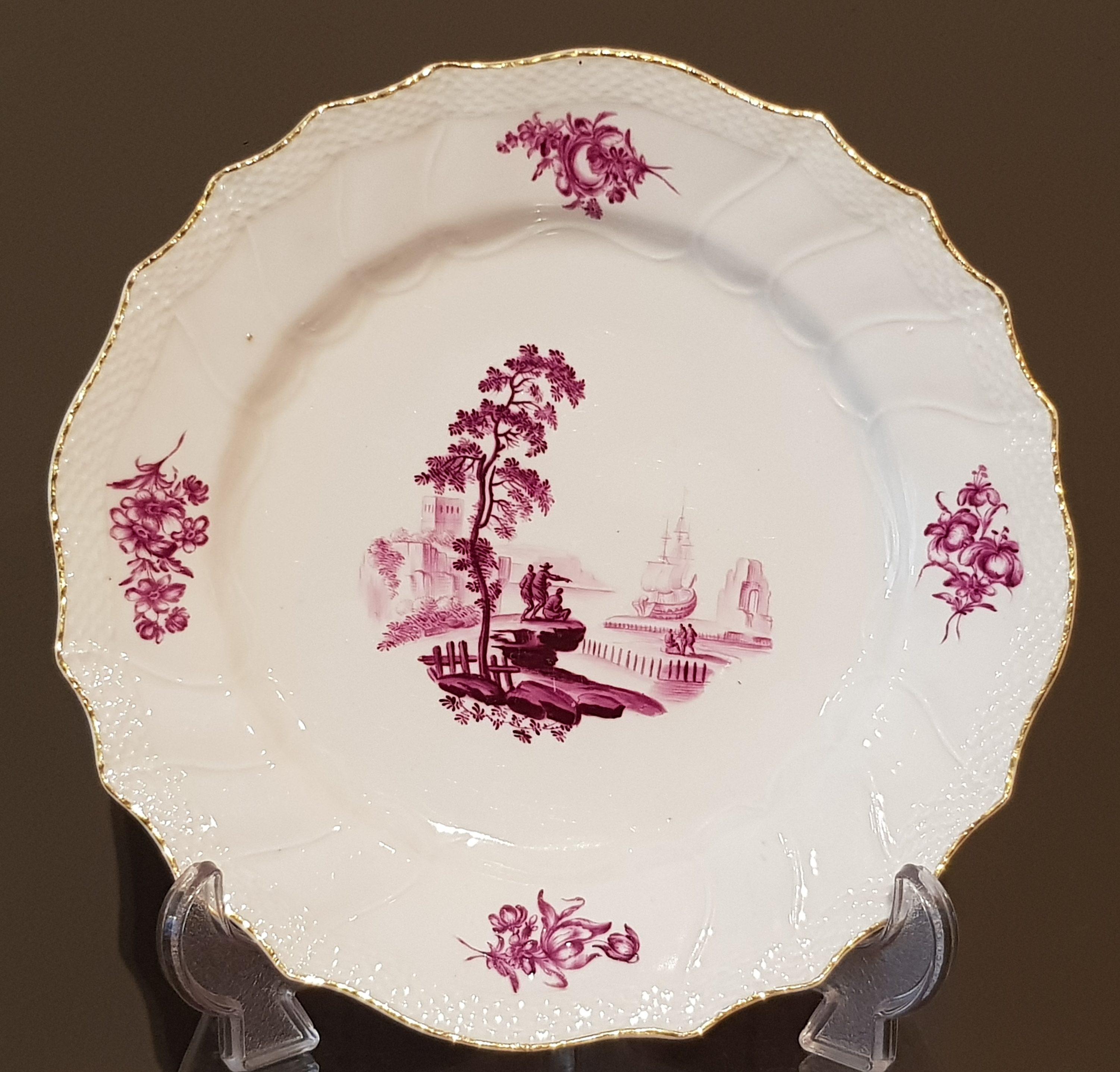 Assiette camaïeu pourpre et or en porcelaine tendre de Tournai - VENDU Image