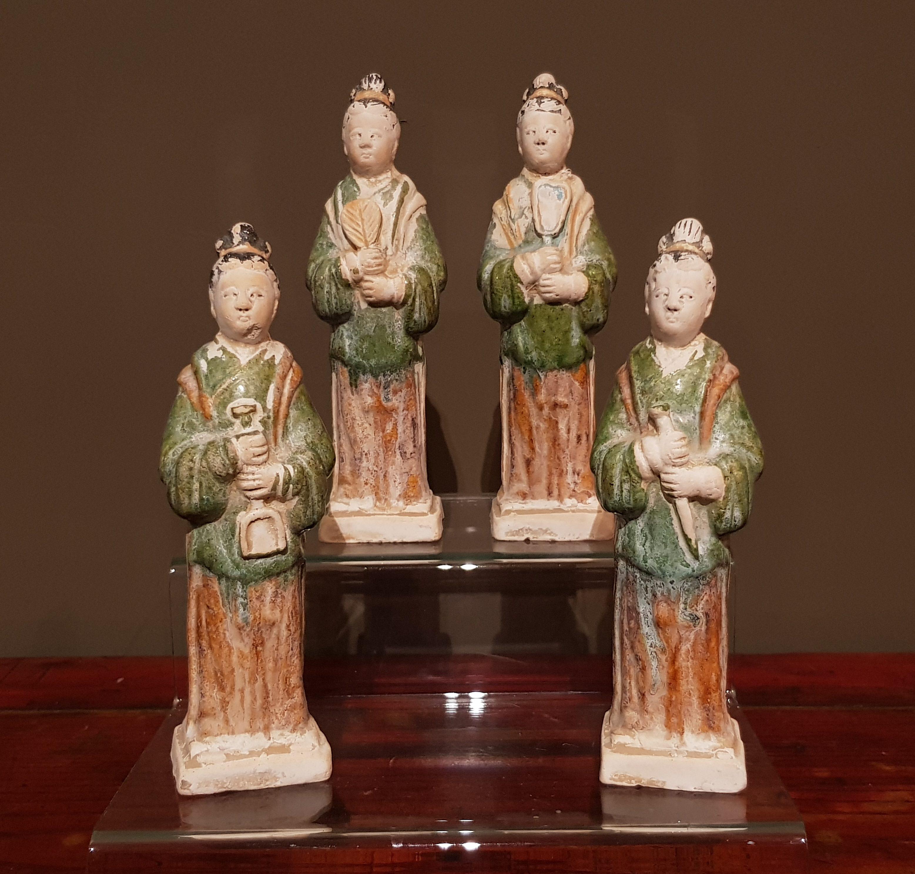 Ensemble de quatre Dames de cour - Dynastie Ming - VENDU Image