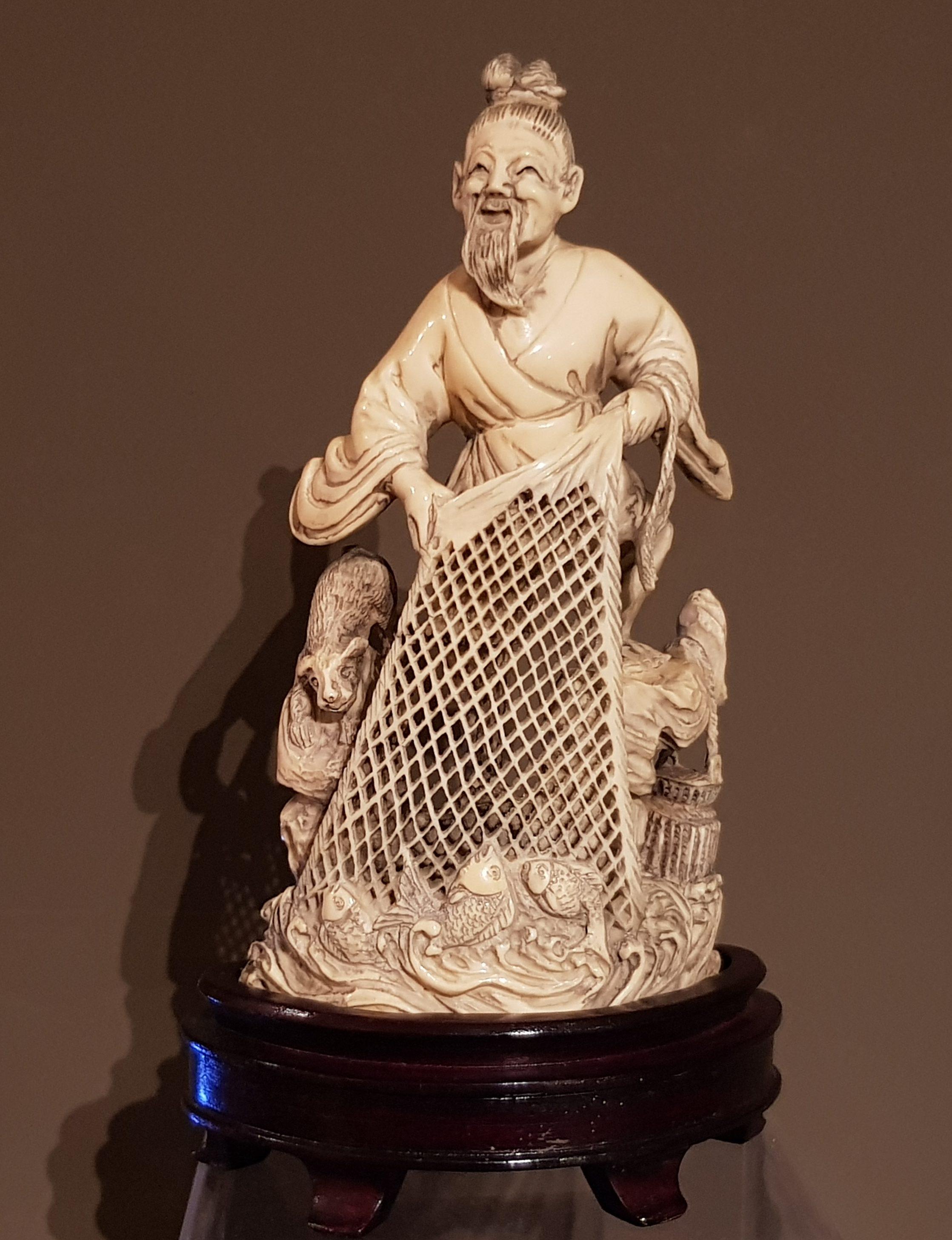 Okimono en ivoire - Pêcheur et chien - Chine. Image