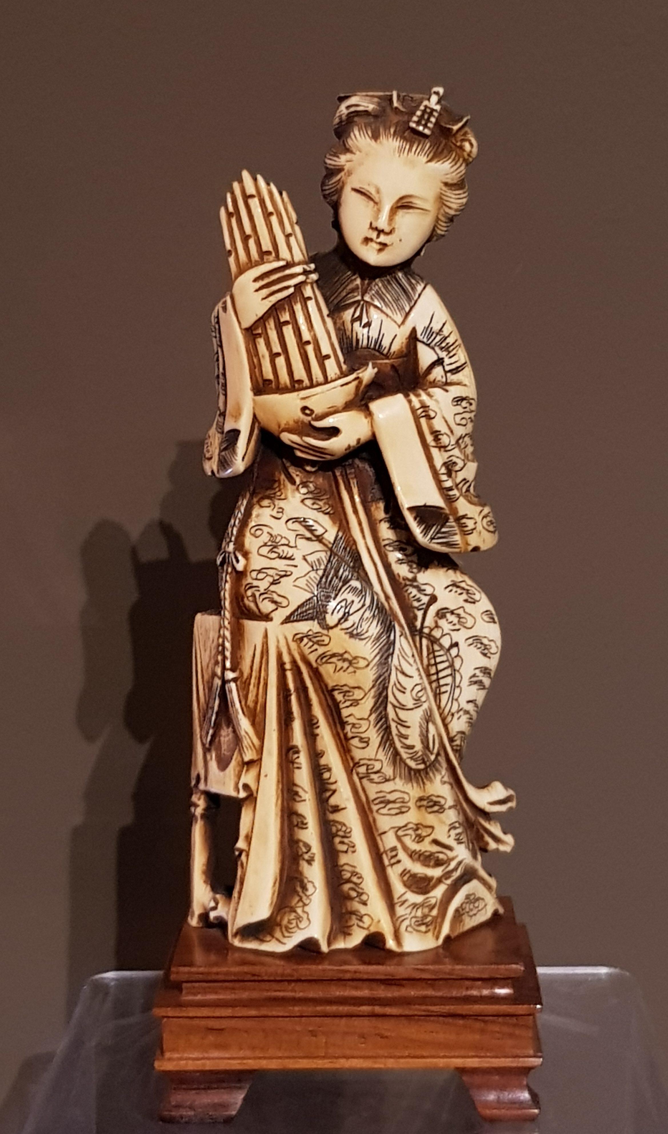 Okimono Ivoire - Musicienne - Chine. Image