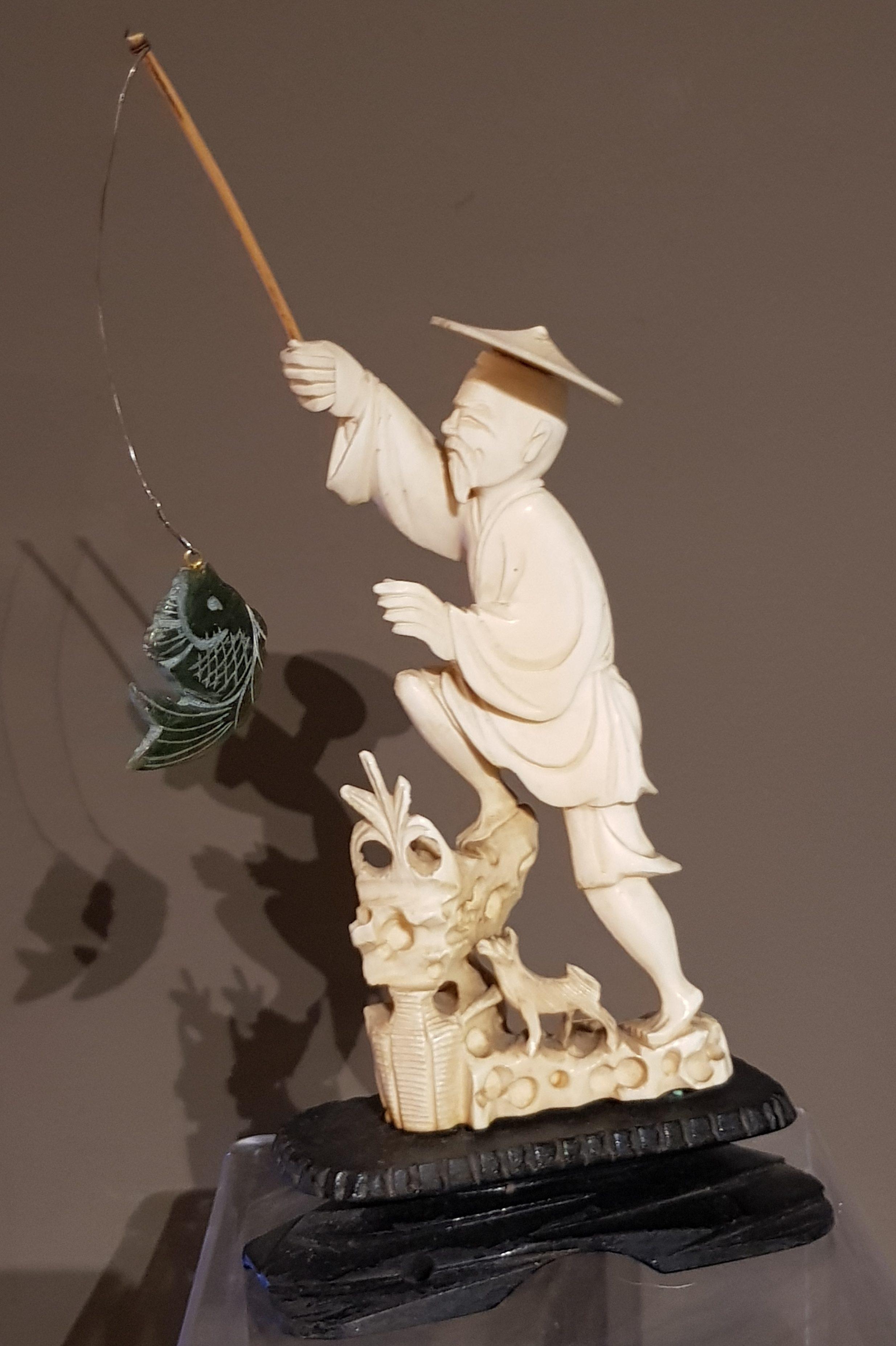 Okimono en Ivoire - Pêcheur au poisson en Jade - Meiji 19ème. Image
