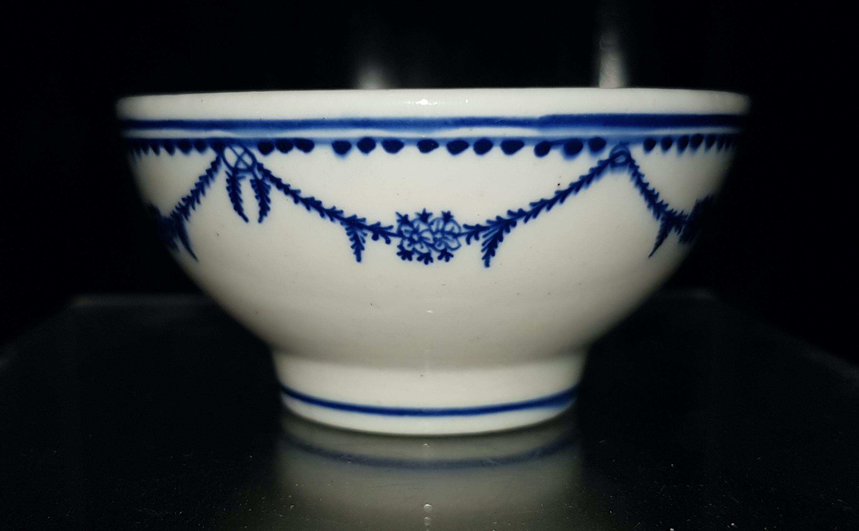 Porcelaine tendre Tournai - Bol service poupée - Guirlande Louis XVI - 18ème. Image